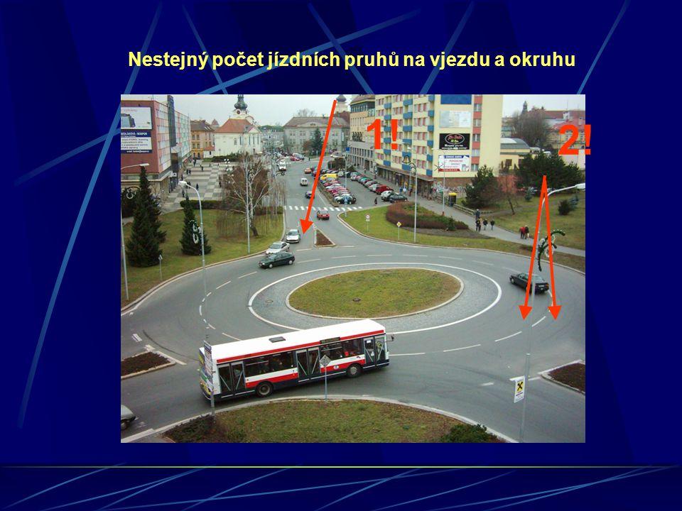 Nestejný počet jízdních pruhů na vjezdu a okruhu