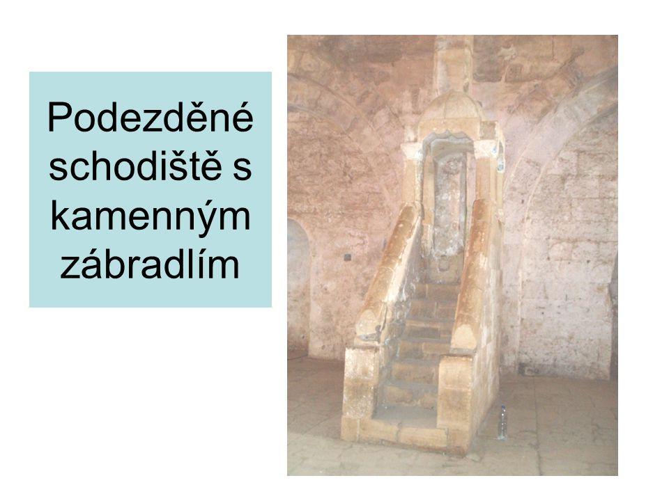 Podezděné schodiště s kamenným zábradlím