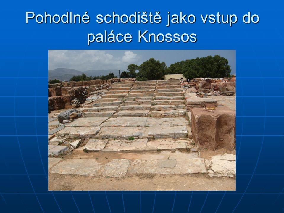 Pohodlné schodiště jako vstup do paláce Knossos
