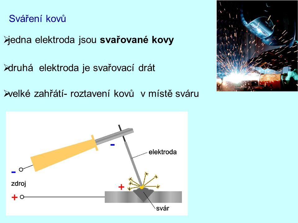 Sváření kovů jedna elektroda jsou svařované kovy. druhá elektroda je svařovací drát.