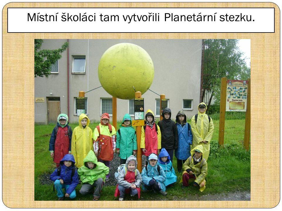 Místní školáci tam vytvořili Planetární stezku.