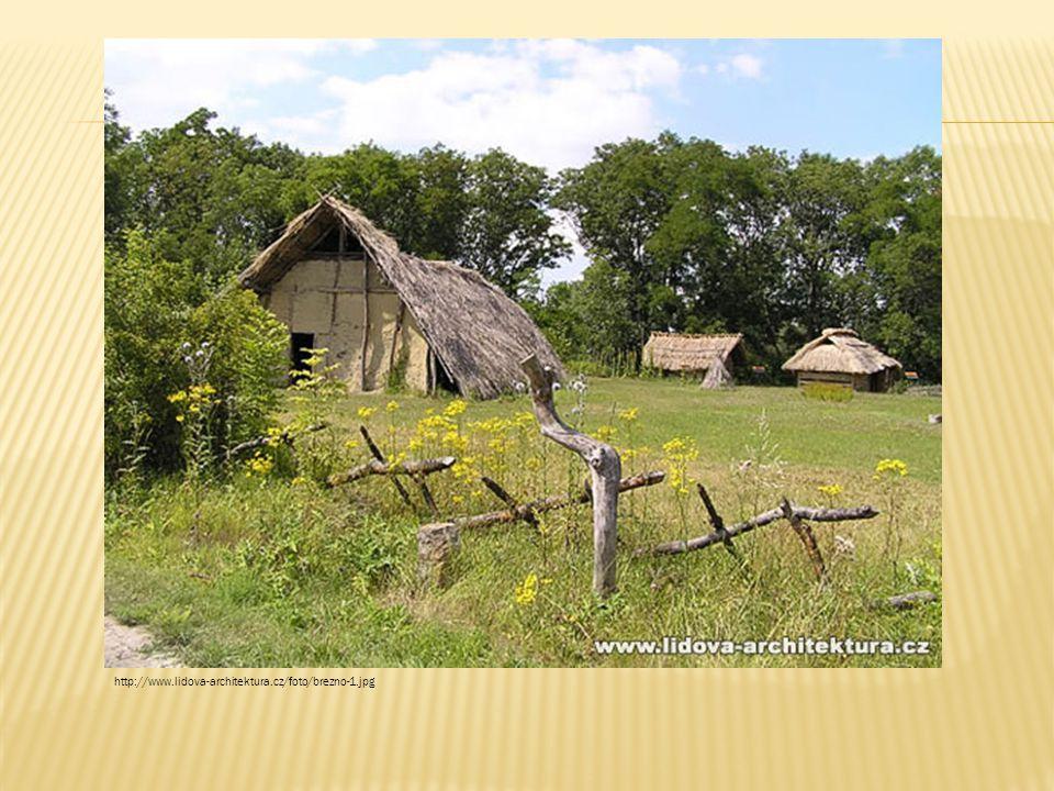 Soubor pravěkých a raně středověkých obydlí budovaných na půdorysech odkrytých archeologickým průzkumem. Vlevo je zachycena odborná rekonstrukce tzv. dlouhého domu z mladší doby kamenné. Ve skanzenu dále nalezneme germánské obydlí z doby stěhování národů a slovanské sruby a polozemnice. Březno, okres Louny