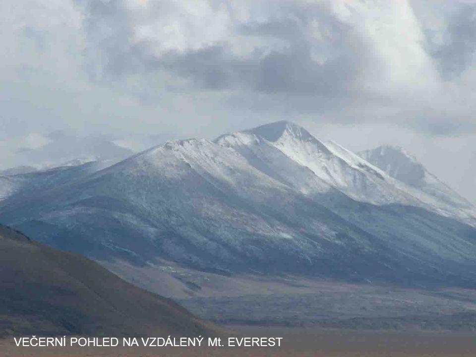 VEČERNÍ POHLED NA VZDÁLENÝ Mt. EVEREST