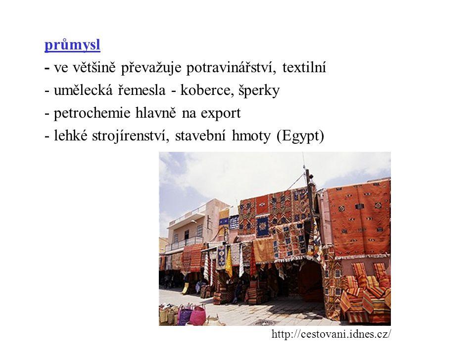 průmysl - ve většině převažuje potravinářství, textilní - umělecká řemesla - koberce, šperky - petrochemie hlavně na export - lehké strojírenství, stavební hmoty (Egypt)