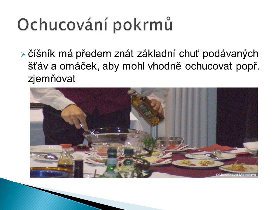 Ochucování pokrmů číšník má předem znát základní chuť podávaných šťáv a omáček, aby mohl vhodně ochucovat popř.