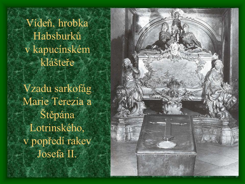Vídeň, hrobka Habsburků v kapucínském klášteře Vzadu sarkofág Marie Terezia a Štěpána Lotrinského, v popředí rakev Josefa II.