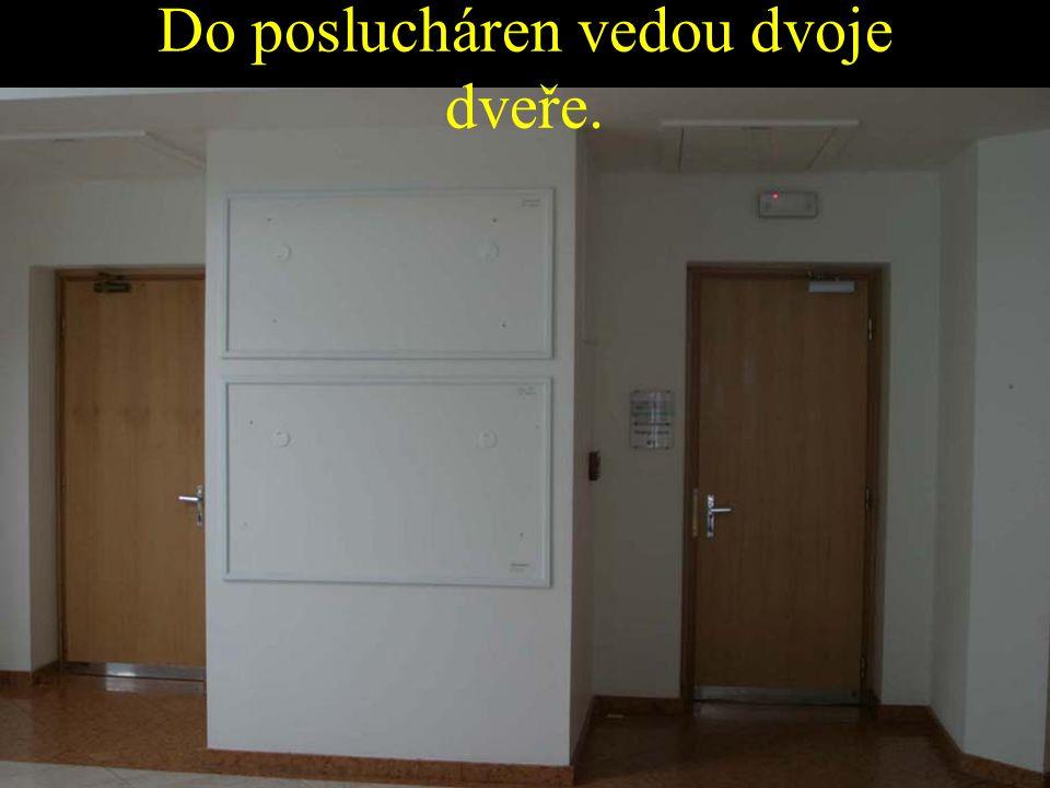 Do poslucháren vedou dvoje dveře.