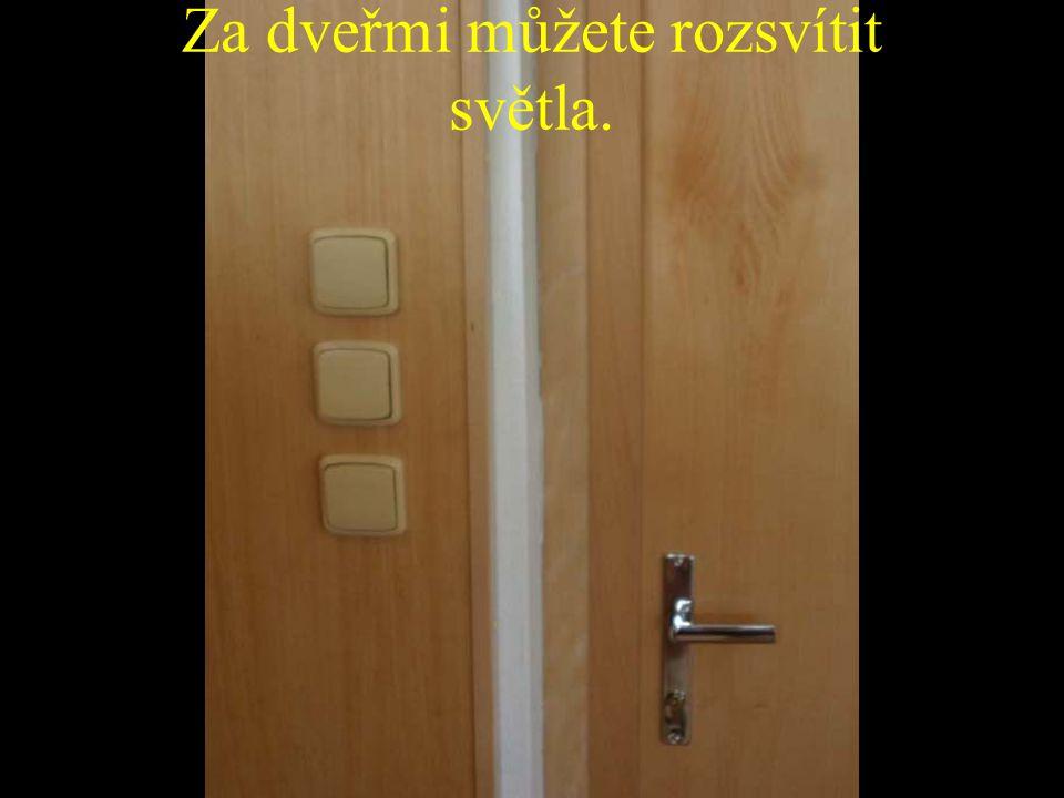 Za dveřmi můžete rozsvítit světla.
