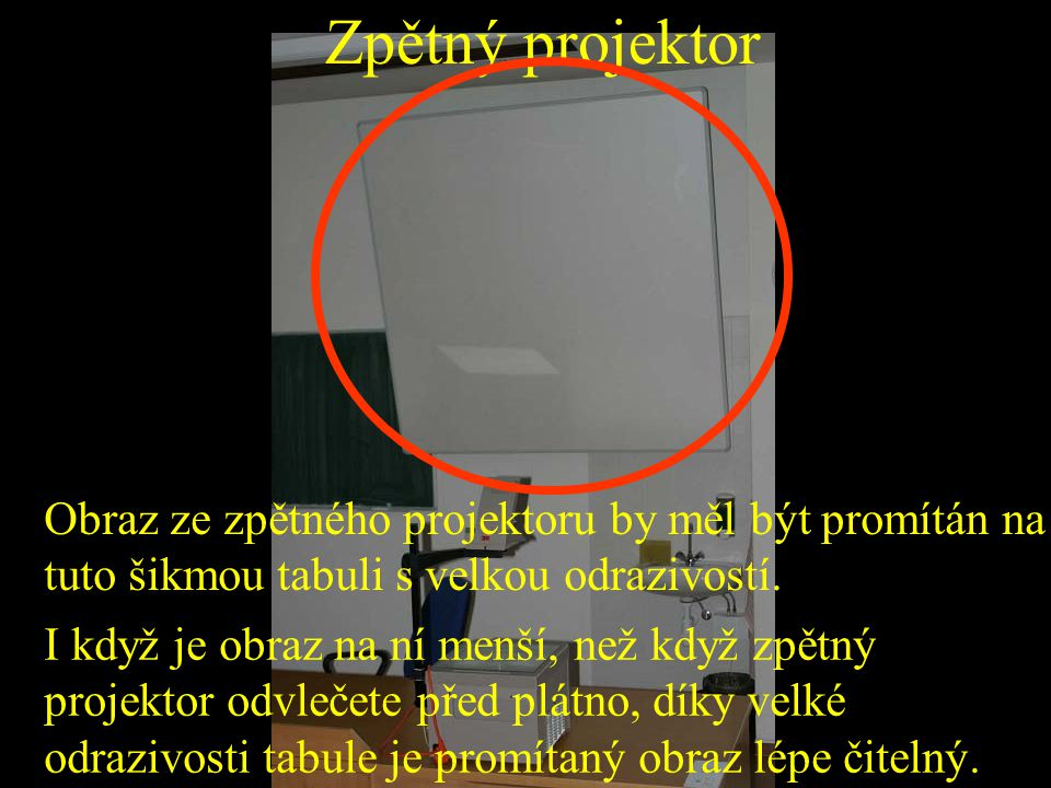 Zpětný projektor Obraz ze zpětného projektoru by měl být promítán na tuto šikmou tabuli s velkou odrazivostí.