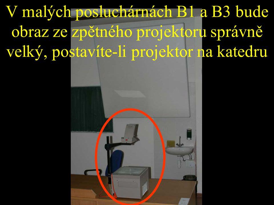 V malých posluchárnách B1 a B3 bude obraz ze zpětného projektoru správně velký, postavíte-li projektor na katedru