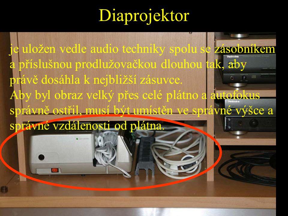 Diaprojektor je uložen vedle audio techniky spolu se zásobníkem a příslušnou prodlužovačkou dlouhou tak, aby právě dosáhla k nejbližší zásuvce.