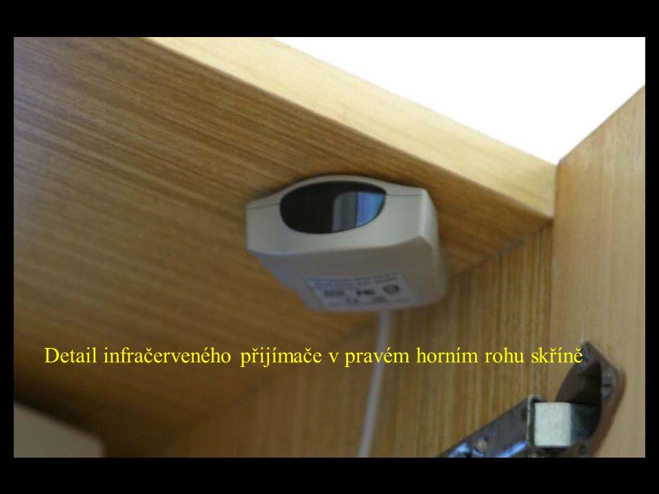 Detail infračerveného přijímače v pravém horním rohu skříně