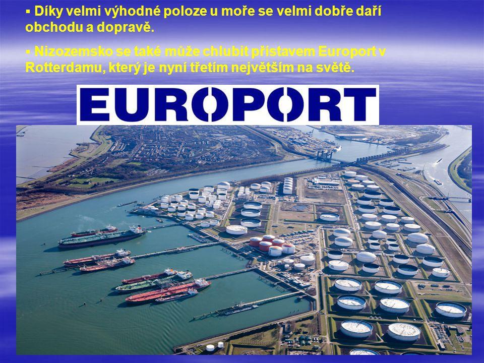 Díky velmi výhodné poloze u moře se velmi dobře daří obchodu a dopravě.