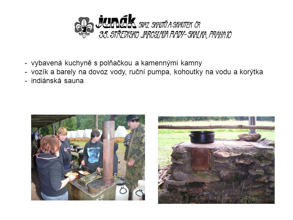 vybavená kuchyně s polňačkou a kamennými kamny