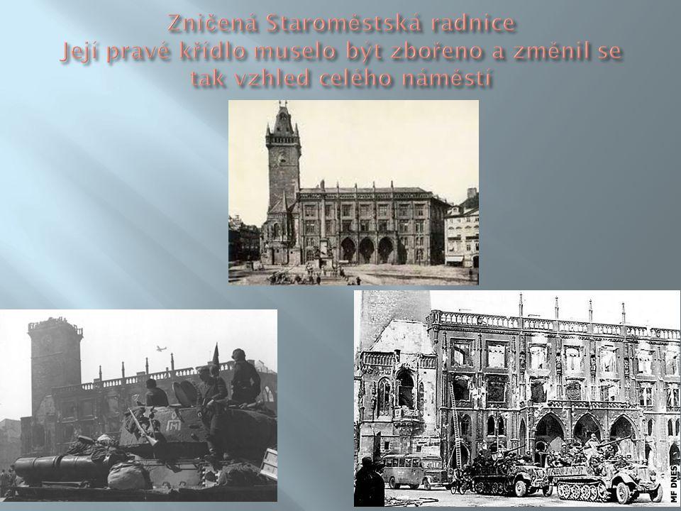 Zničená Staroměstská radnice Její pravé křídlo muselo být zbořeno a změnil se tak vzhled celého náměstí