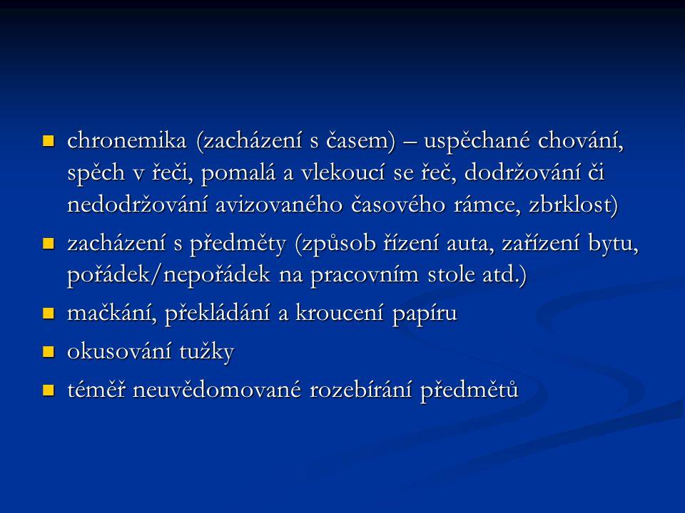 chronemika (zacházení s časem) – uspěchané chování, spěch v řeči, pomalá a vlekoucí se řeč, dodržování či nedodržování avizovaného časového rámce, zbrklost)