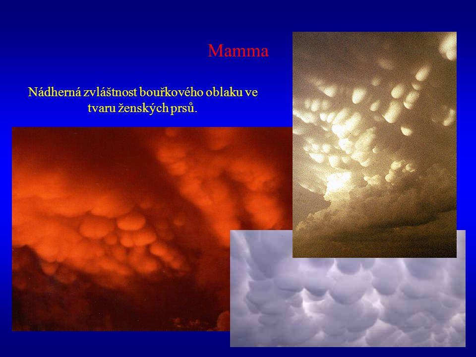 Nádherná zvláštnost bouřkového oblaku ve tvaru ženských prsů.