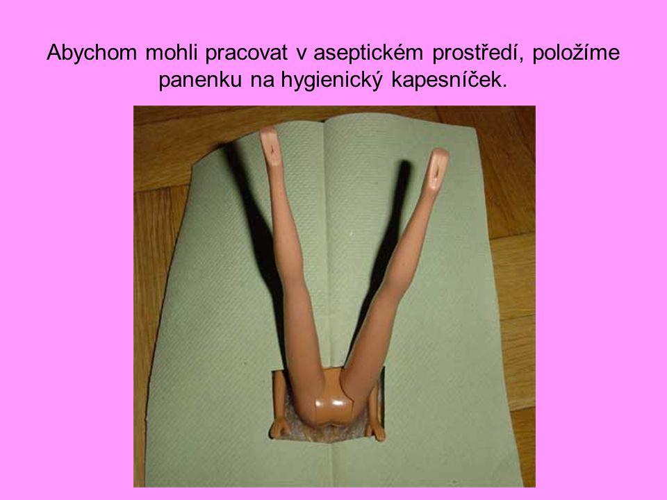 Abychom mohli pracovat v aseptickém prostředí, položíme panenku na hygienický kapesníček.