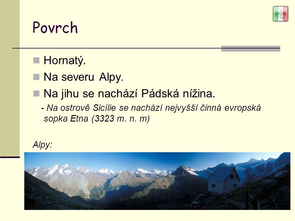 Povrch Hornatý. Na severu Alpy. Na jihu se nachází Pádská nížina.