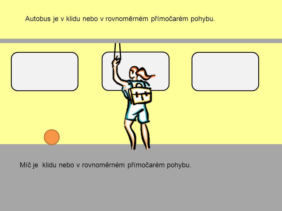 Autobus je v klidu nebo v rovnoměrném přímočarém pohybu.
