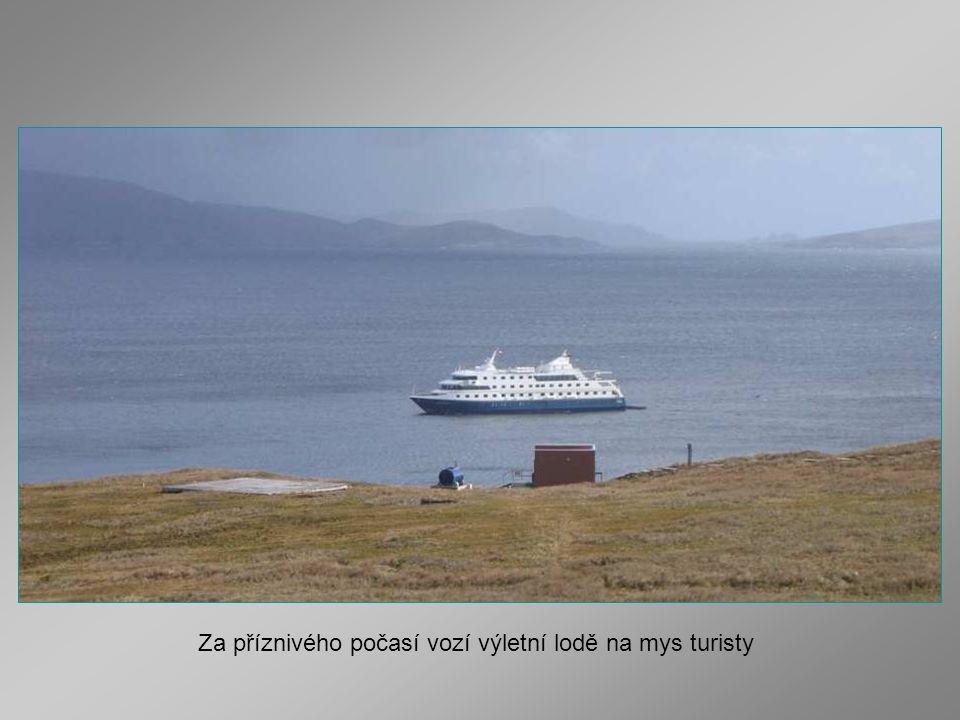 Za příznivého počasí vozí výletní lodě na mys turisty