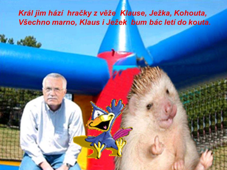 Král jim hází hračky z věže Klause, Ježka, Kohouta, Všechno marno, Klaus i Ježek bum bác letí do kouta.