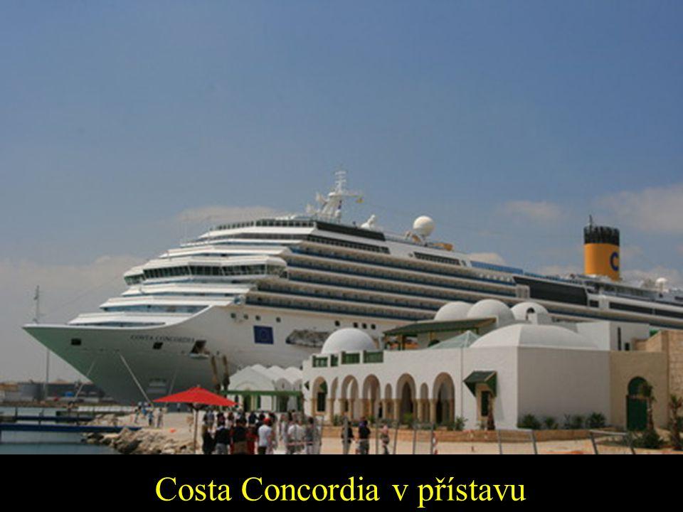 Costa Concordia v přístavu
