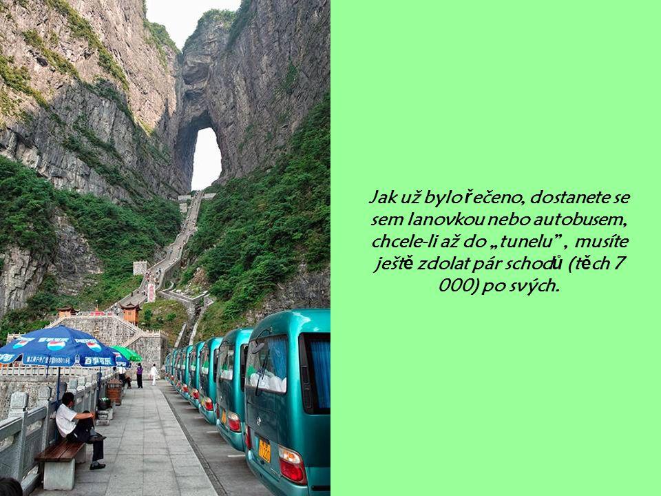 """Jak už bylo řečeno, dostanete se sem lanovkou nebo autobusem, chcele-li až do """"tunelu , musíte ještě zdolat pár schodů (těch 7 000) po svých."""