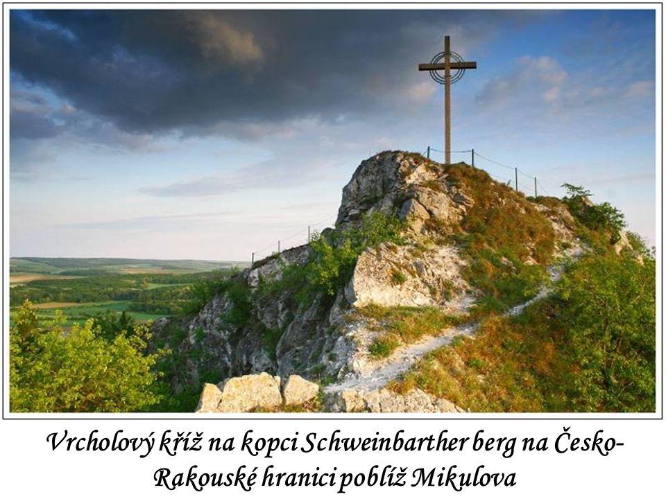 Vrcholový kříž na kopci Schweinbarther berg na Česko-Rakouské hranici poblíž Mikulova