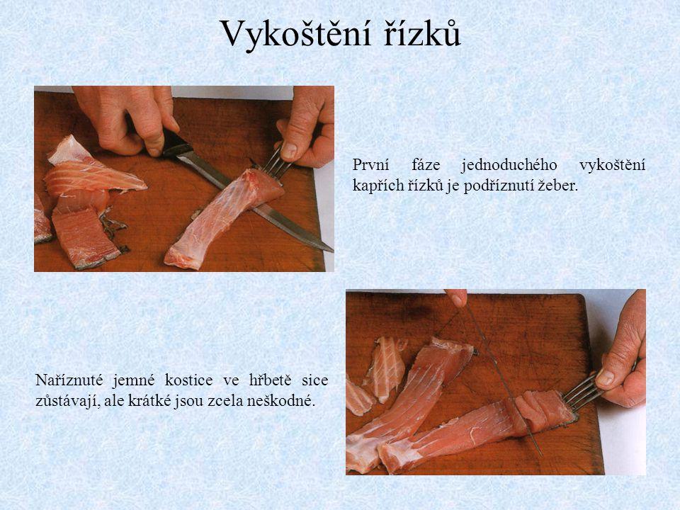 Vykoštění řízků První fáze jednoduchého vykoštění kapřích řízků je podříznutí žeber.