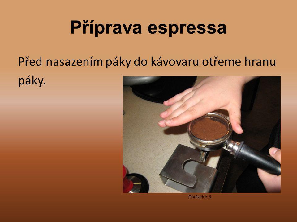 Příprava espressa Před nasazením páky do kávovaru otřeme hranu páky.