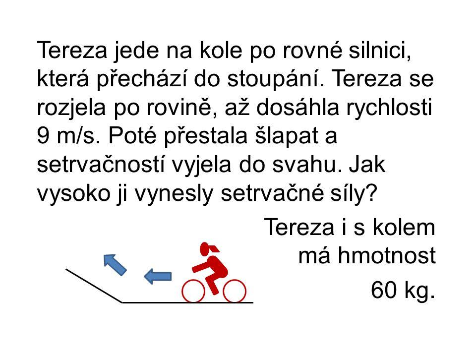Tereza jede na kole po rovné silnici, která přechází do stoupání