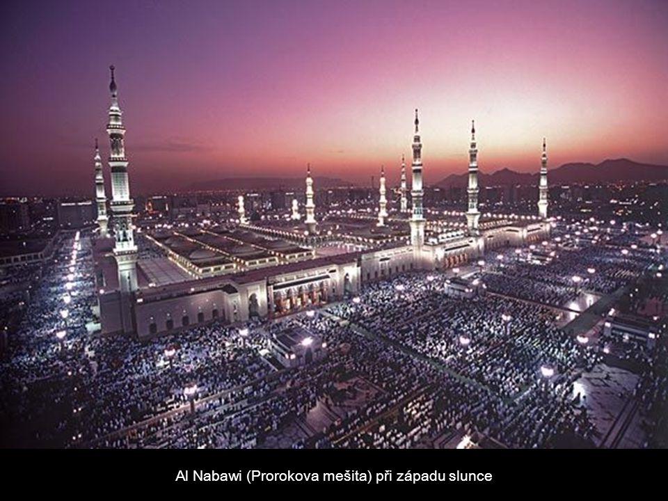 Al Nabawi (Prorokova mešita) při západu slunce