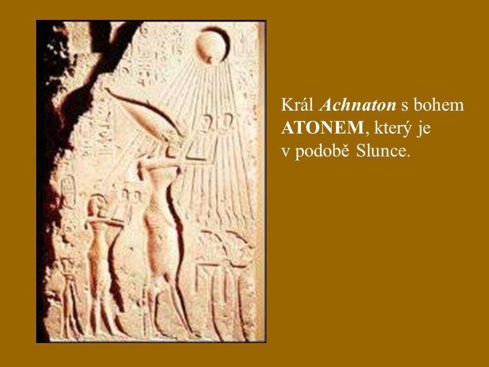 Král Achnaton s bohem ATONEM, který je v podobě Slunce.