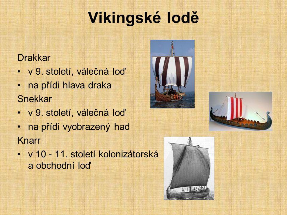 Vikingské lodě Drakkar v 9. století, válečná loď na přídi hlava draka