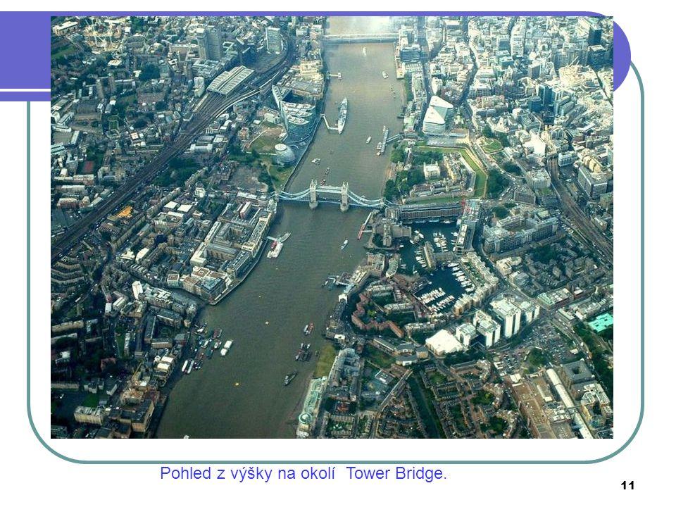 Pohled z výšky na okolí Tower Bridge.