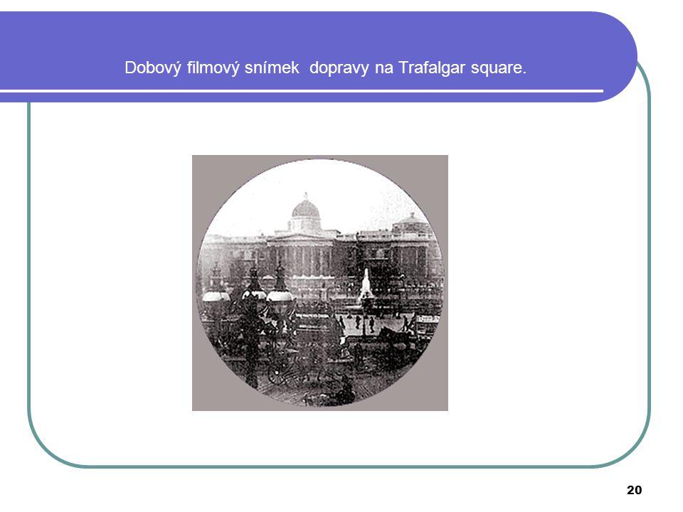 Dobový filmový snímek dopravy na Trafalgar square.