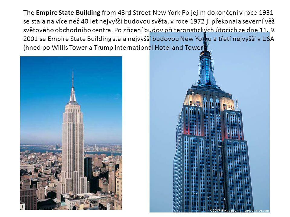 The Empire State Building from 43rd Street New York Po jejím dokončení v roce 1931 se stala na více než 40 let nejvyšší budovou světa, v roce 1972 ji překonala severní věž světového obchodního centra.