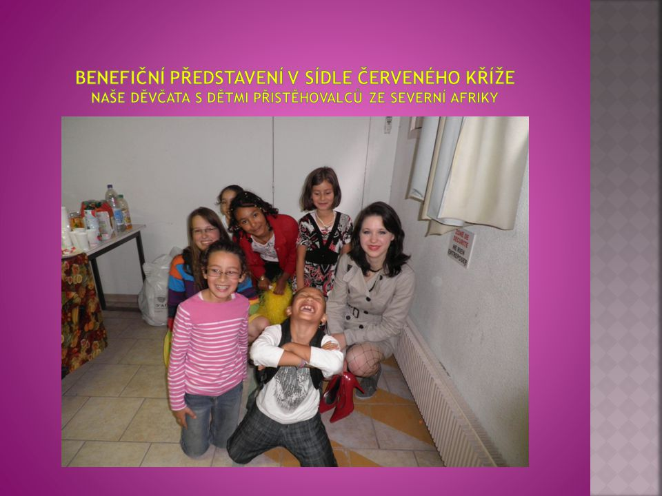 Benefiční představení v sídle Červeného kříže naše děvčata s dětmi přistěhovalců ze severní Afriky