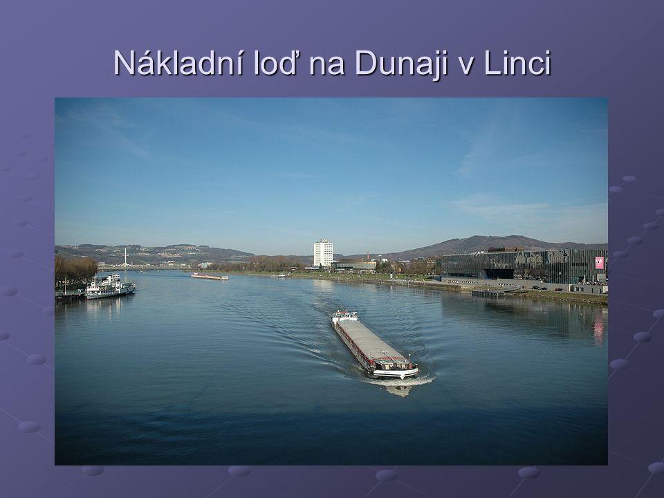 Nákladní loď na Dunaji v Linci