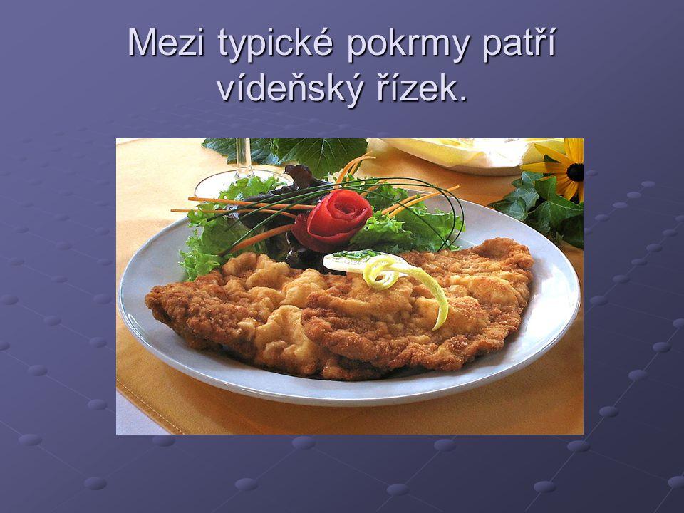 Mezi typické pokrmy patří vídeňský řízek.