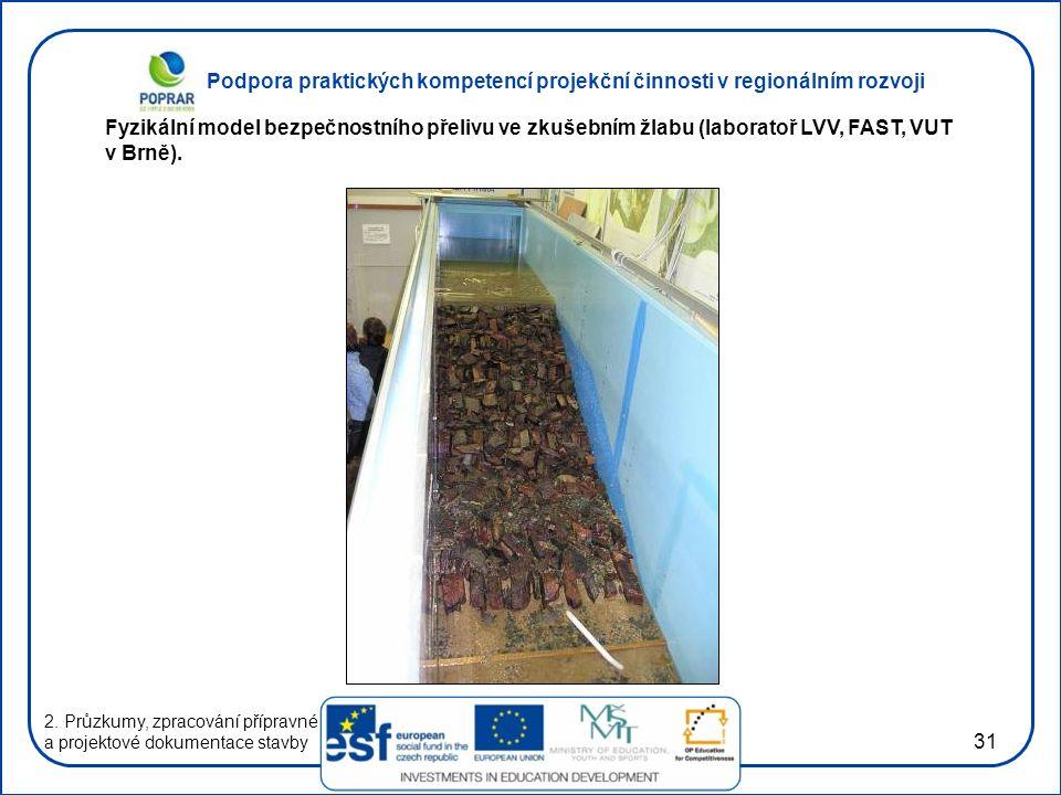 Fyzikální model bezpečnostního přelivu ve zkušebním žlabu (laboratoř LVV, FAST, VUT v Brně).