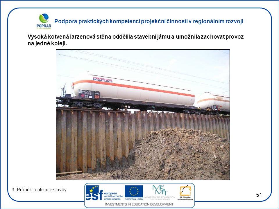 Vysoká kotvená larzenová stěna oddělila stavební jámu a umožnila zachovat provoz na jedné koleji.