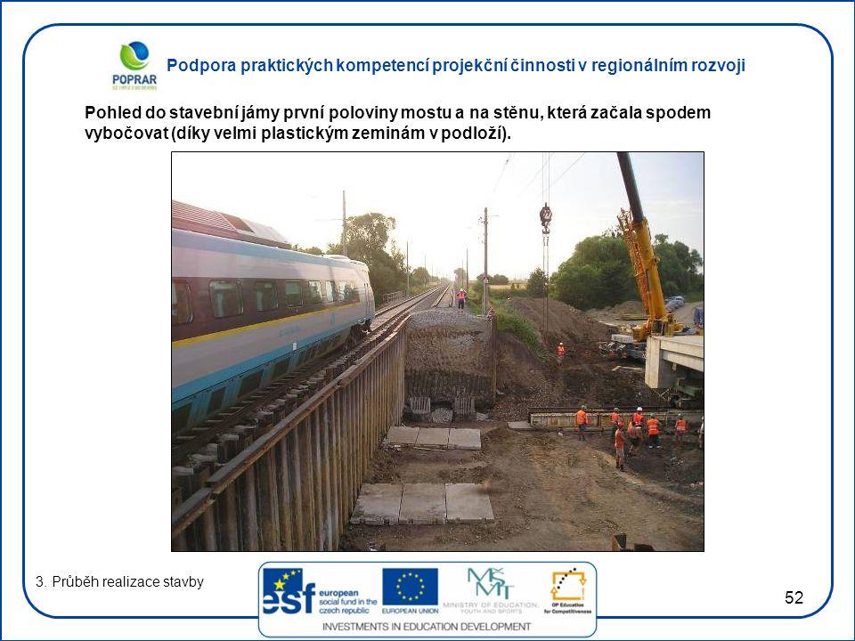 Pohled do stavební jámy první poloviny mostu a na stěnu, která začala spodem vybočovat (díky velmi plastickým zeminám v podloží).