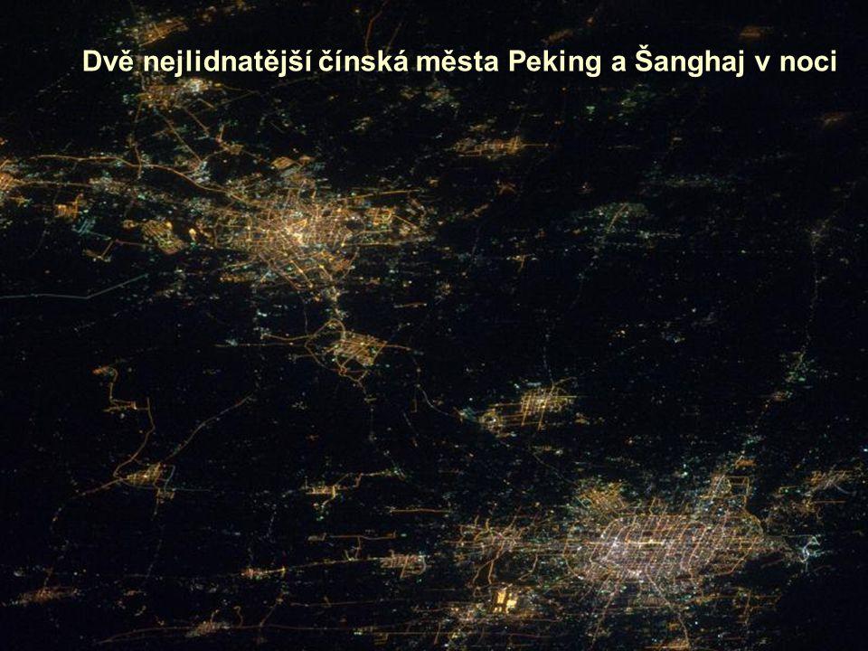 Dvě nejlidnatější čínská města Peking a Šanghaj v noci
