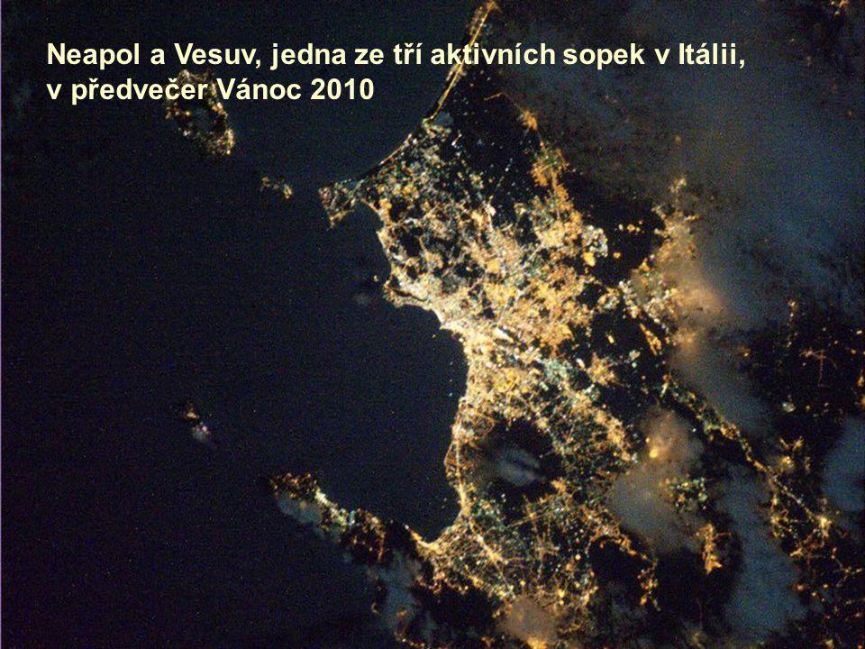 Neapol a Vesuv, jedna ze tří aktivních sopek v Itálii,