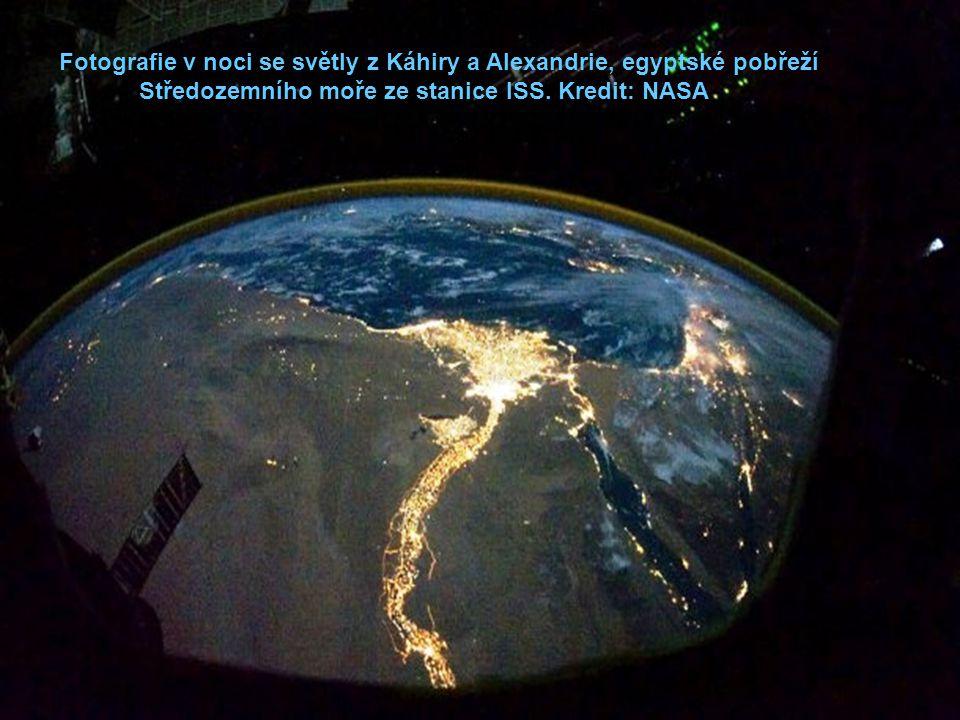 Fotografie v noci se světly z Káhiry a Alexandrie, egyptské pobřeží