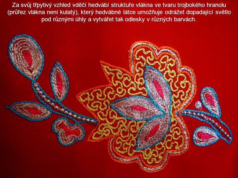 Za svůj třpytivý vzhled vděčí hedvábí struktuře vlákna ve tvaru trojbokého hranolu (průřez vlákna není kulatý), který hedvábné látce umožňuje odrážet dopadající světlo pod různými úhly a vytvářet tak odlesky v různých barvách.