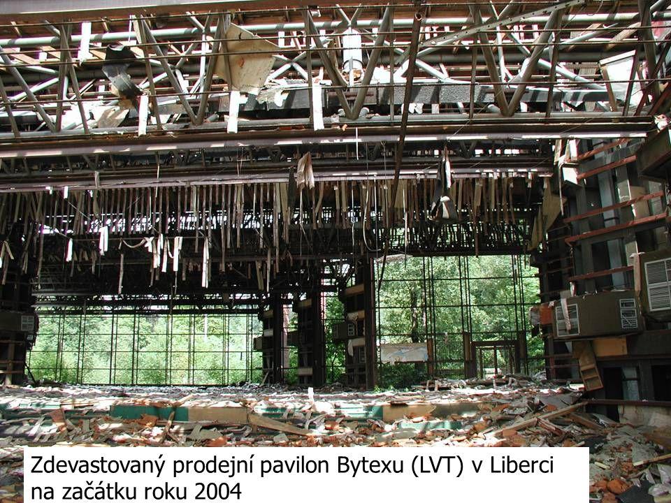 Zdevastovaný prodejní pavilon Bytexu (LVT) v Liberci na začátku roku 2004