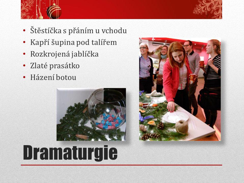 Dramaturgie Štěstíčka s přáním u vchodu Kapří šupina pod talířem